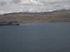Jezero Titicaca (3800 m.n.m.) a zasněžené vrcholky nedaleko