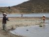 Děti hrající si na břehu jezera Titicaca