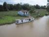 Loď a dům na řece Amazon