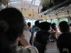 Typicky plný autobus - misto dvou amerických školáků sedí na sedačce 3 - 4 dospělí lidé