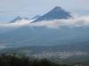 Sopka: Volcán de Agua, v pozadí Volcán de Fuego a sopka Acatenango