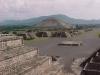 Pohled z pyramidy Měsíce na Teotihuacán (vlevo pyramida Slunce)