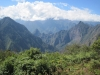Machu Picchu: Vrcholek Wayna Picchu vlevo, vrchol Machu Picchu uprostřed