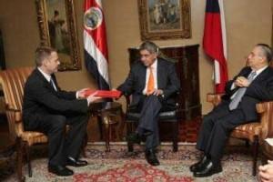 Český velvyslanec s prezidentem Kostariky a nositelem Nobelovy ceny za mír Oscarem Ariasem