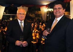 Václav Klaus: `Večer se na českém velvyslanectví koná recepce, kterou navštívil i peruánský prezident. Je to pozitivní gesto, já to – abych se přiznal – v podobných případech doma většinou nedělám.`
