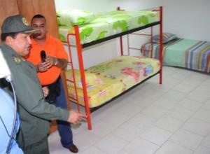 Prezident Hugo Chavéz ukazuje místnost pro oběti povodní, kterou instalovali v prezidentském paláci. Zdroj: Prezidentský palác Miraflores