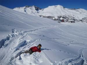Jeden z prvních dnů  lyžařské sezóny v chilském centru El Colorado. Hotel centra Valle Nevado v pozadí.